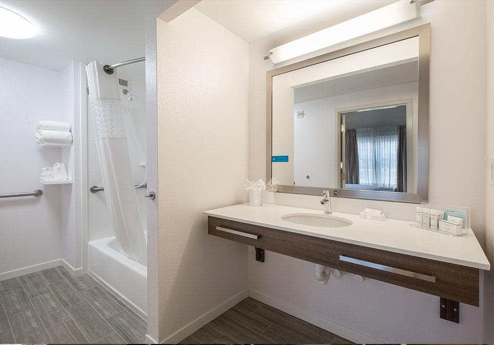 Hampton Inn Waterville Bath Room