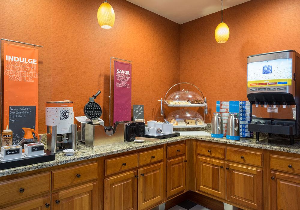 Hampton Inn Waterville Breakfast Area