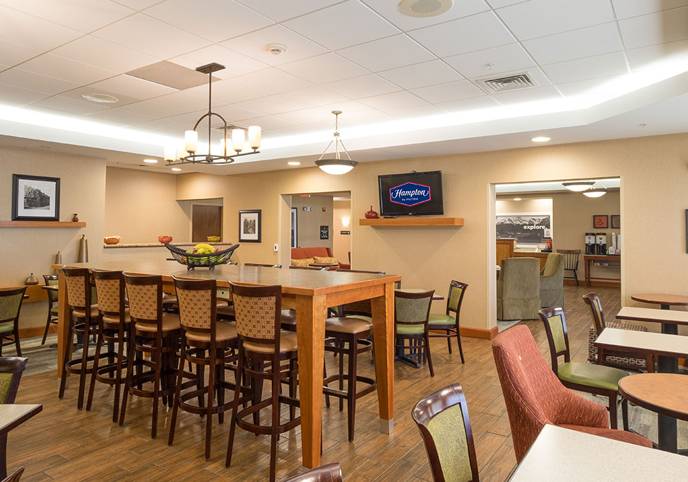 Hampton Inn Waterville Breakfast Area