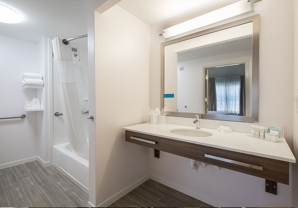 Hampton Inn Waterville Bath Room